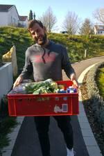 Mitarbeiter des Restaurants S34 bringt eine Kiste mit Lebensmitteln